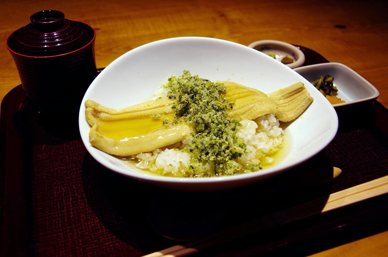 銀座「はかりめ」の個室で味わう粋な煮穴子