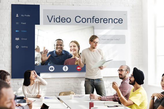 Web会議で相手の顔を見ながら打ち合わせ