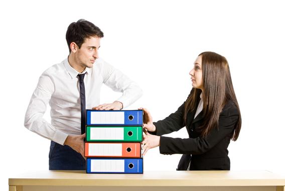 「先輩を使う」「上司越しに文句」どうすればいい?