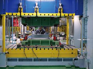 福島県いわき市にある湯本工場では、流レールシンクを量産するために金型をどうするべきかなど、何度も試作を繰り返して量産体制を確立させた