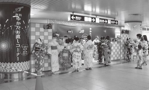 花火大会の開催日に、浴衣の着付け直しができるコーナーを地下鉄の駅構内に開設。好評だ
