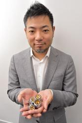 節水ノズルのBubble90を手に持つ、DG TAKANOの高野雅彰社長(写真:菊池一郎)
