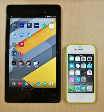 少し前の小さめタイプのスマホなら、ミニタブレットとのサイズ差が大きく、タブレットはスマホの小ささを十分に補えた(写真はNexus 7とiPhone 4s)