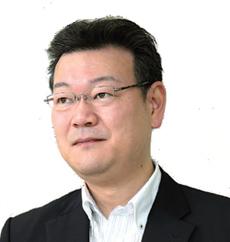 ツルガの敦賀伸吾社長。1999年に父が始めたネジ卸に入社。2003年から事業改革に着手し、2004年に社長就任。2013年末にはネジ卸の取引先からすべて撤退した(写真:大亀京助)