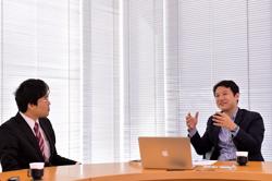 早稲田大学大学院の入山准教授(右)と、聞き手の斎藤氏。ベンチャー育成の場づくりについて議論は盛り上がった(写真:菊池一郎、以下同)