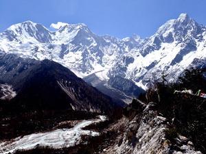 標高約3600mのビムタンを囲むようにそびえる、マナスル山と周辺の山々