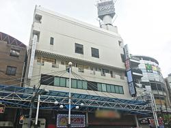 生田新道沿いにあるビルの4階に店舗がある