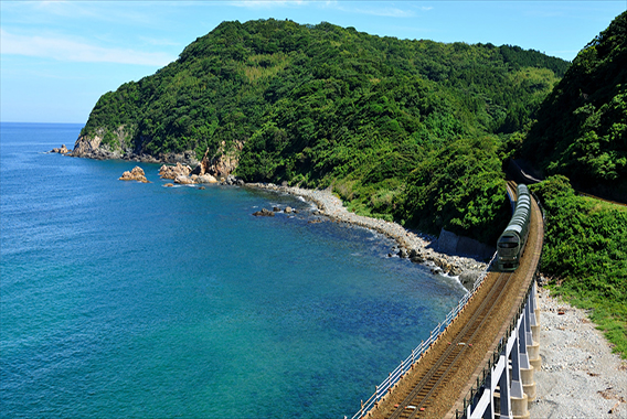 一泊95万円!JR西日本の豪華寝台列車「瑞風」出発