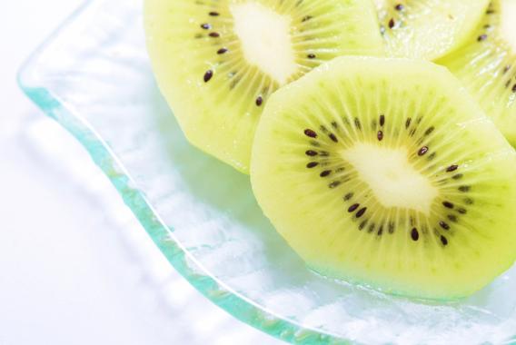夏場の熱中症対策に!キウイフルーツと塩で栄養補給