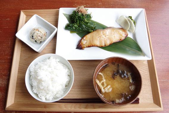 地元めし探訪 神田川を眺め、くつろぐ「山形定食」