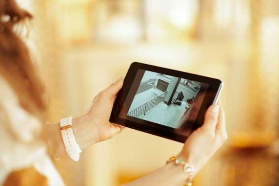 防犯カメラの録画映像をスマホで確認する方法とは